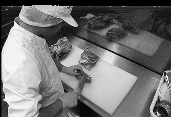 肉をカットしている写真
